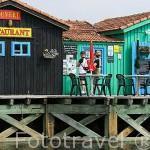 Casitas (antiguas casas de pescadores) convertidas en restaurantes y tiendas para el turismo junto a canales navegables. En LE PORT DES SALINES. Isla de Oleron. Francia