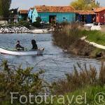 Navegando por un canal en LE PORT DES SALINES. Isla de Oleron. Francia
