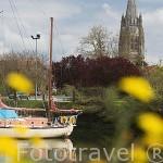 Puerto deportivo y torre de la iglesia de Saint Pierre de Sales (1047, reconstruida en XIV - XV) Tiene 85 mtrs de altura. MARENNES. Francia