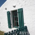 Ventana y verja de madera . Una casa en la población de ARCEAU. Cerca de Boyardville. Isla de Oleron. Francia