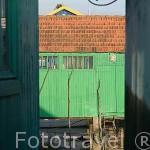 Colorida casa de madera. Puerto ostricola de LE CHATEAU D´OLERON. Isla de Oleron. Francia