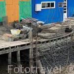 Coloridas casas almacen ostricolas en LE CHATEAU D´OLERON en marea baja. Isla de Oleron. Francia