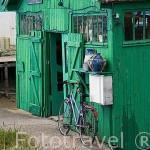 Antiguas casas almacen ostricolas convertidas en tiendas de artesania y recuerdos. En LE CHATEAU D´OLERON en marea baja. Isla de Oleron. Francia