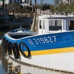 Barco en un canal en marea baja cerca del puerto ostricola de LA BAUDISSIERE. Isla de Oleron. Francia