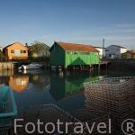 Casas coloridas en el puerto pesquero y ostricola de LE CHATEAU D´OLERON. Isla de Oleron. Francia