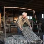 El Sr. Andre Masse, ostricultor jubilado cargando con su pasion: las ostras. Canal de ORS. Isla de Oleron. Francia