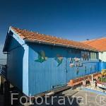 Casas almacen para las ostras en BOURCEFRANC LE CHAPUS frente a la isla de Oleron. Francia