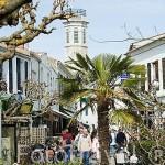 Calle y parque en la población de SAINT PIERRE D´OLERON. Isla de Oleron. Francia