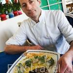 Cocinero Jean Pascal Ratier y un plato de ostras calientes a la manera de Charentes. Restaurante Homard Bleu. SAINT TROJAN. Isla de Oleron. Francia