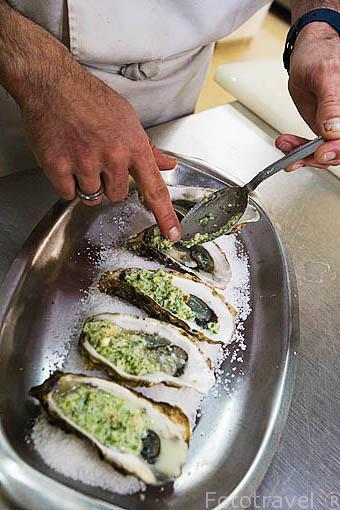 Preparando unas ostras calientes a la manera de Charentes. Restaurante Homard Bleu. SAINT TROJAN. Isla de Oleron. Francia