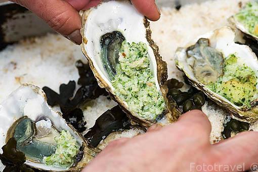 Preparando unas ostras calientes a la manera de Charentes. Isla de Oleron. Francia