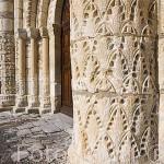 Columna florida de la portada de la iglesia romanica del S. XI en SAINT PIERRE. Isla de Oleron. Francia