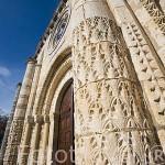 Fachada y columnas floridas de la portada de la iglesia romanica del S. XI en SAINT PIERRE. Isla de Oleron. Francia