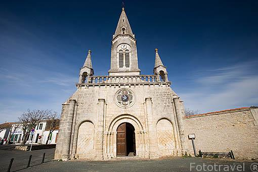Fachada de la iglesia romanica del S. XI en SAINT PIERRE. Isla de Oleron. Francia