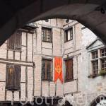 La plaza del pueblo del s.XVI - XVII de Castelnau de Montmiral. Tarn. Francia