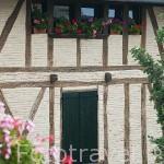 Fachada de una casa. Pueblo del s.XVI - XVII de Castelnau de Montmiral. Tarn. Francia