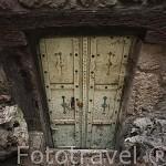 Puerta de acceso al almacen de una casa. Pueblo del s.XVI - XVII de Castelnau de Montmiral. Tarn. Francia