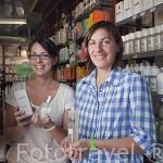 Helene Maniaval y Marie L. Larrieu con sus productos Santeur de Gressigne fabricados en su farmacia del mismo nombre. Pueblo del s.XVI - XVII de Castelnau de Montmiral. Tarn. Francia