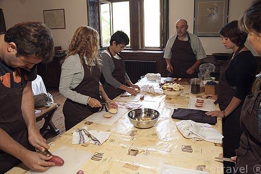 El cocinero Alain Massol dando clases de como preparar un pato. Domaine du Buc. En Marssac sur Tarn. Francia