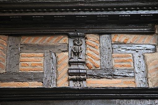 Detalle tallado en madera. Fachada de la casa Enjalbert. Antigua farmacia y hotel. S.XVI. Ciudad de Albi. Tarn. Francia