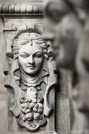 Detalle de una escultura en el patio de la Torre del Hotel Reynes, antiguo comerciante de Glasto. Ciudad de Albi. Tarn. Francia