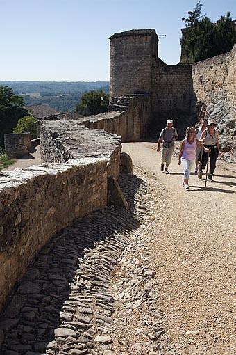 Muralla defensiva. Pueblo medieval de Puycelsi. Tarn. Francia