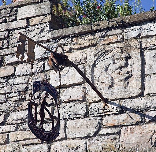 Detalle sobre la puerta de un herrero. Pueblo medieval de Cordes Sur Ciel. Tarn. Francia