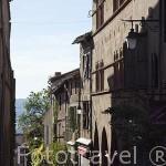 Estrecha calle y comercios. Pueblo medieval de Cordes Sur Ciel. Tarn. Francia