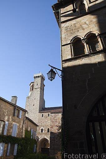 Iglesia y torre de Saint Michel. Pueblo medieval de Cordes Sur Ciel. Tarn. Francia
