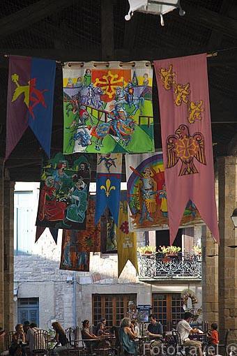Banderolas en el mercado. Pueblo medieval de Cordes Sur Ciel. Tarn. Francia