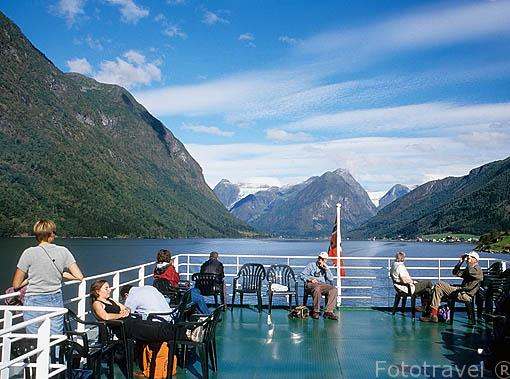 Viajeros a bordo del barco con trayecto Balestrand / Fjaerland en el fiordo de Fjaerland. Detrás el glaciar de Jostedalsbreen. Noruega