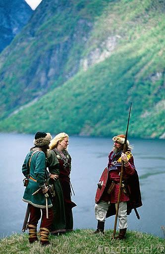 Vikingos frente al fiordo de Naeroy (el más estrecho del mundo con 250 metros de ancho en su tramo mas angosto). Afluente del fiordo de Sogne. Noruega (M.R.021/22)