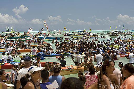 Las piraguas se concentran a su llegada el 3er dia en la playa de Matira donde todo es una fiesta. Regata anual de Hawaiki Nui Vaa. Isla de BORA BORA. Polinesia Francesa. Oceano Pacifico