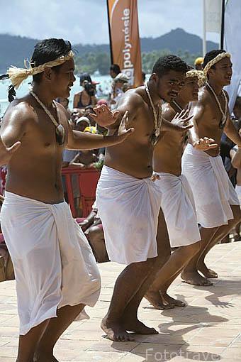 Animadores y baile tradicional polinesio. Playa de Matira. Ultimo dia. Regata anual de Hawaiki Nui Vaa. Isla de BORA BORA. Polinesia Francesa. Oceano Pacifico