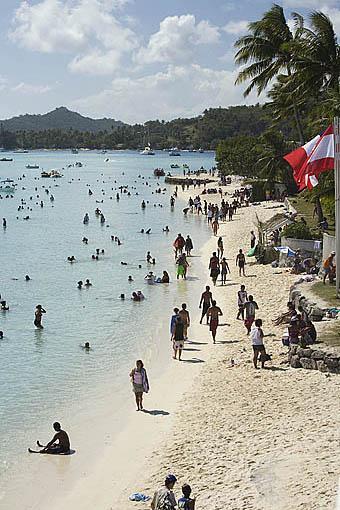 Playa de Matira llena de gente despues de la llegada de la regata anual de Hawaiki Nui Vaa. Isla de BORA BORA. Polinesia Francesa. Oceano Pacifico