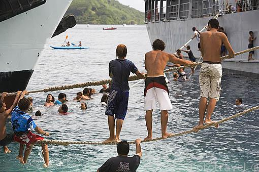Jovenes divirtiendose. Playa de Fare. 1 dia antes del comienzo de la regata anual de Hawaiki Nui Vaa. Isla de HUAHINE. Polinesia Francesa. Oceano Pacifico.