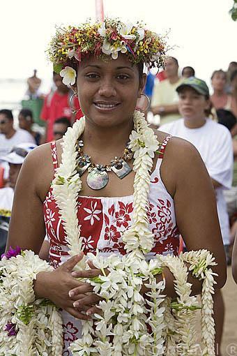 Chica polinesia con collares de flores para todos los participantes de la regata anual de Hawaiki Nui Vaa. Playa de Fare. Isla de HUAHINE. Polinesia Francesa. Oceano Pacifico.
