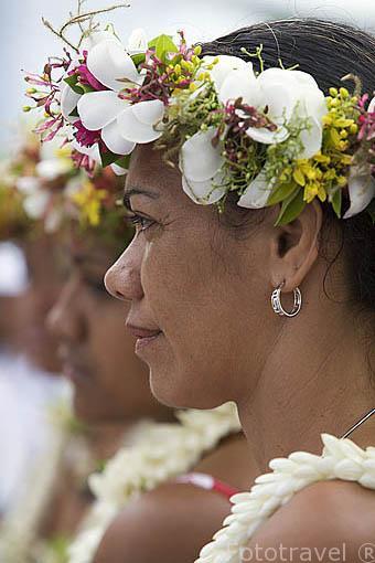 Chicas polinesias con tocados de flores. Playa de Fare. Isla de HUAHINE. Polinesia Francesa. Oceano Pacifico.