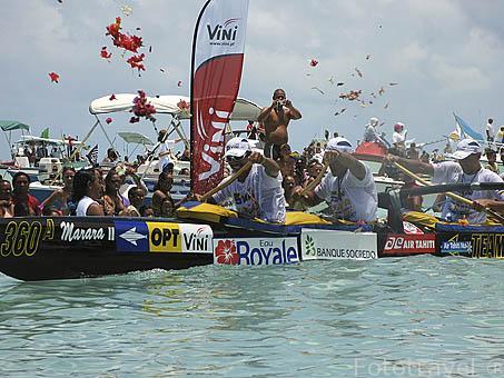 Llegada, la multitud y los petalos de flores dan la bienvenida a los piraguistas. Regata anual de Hawaiki Nui Vaa. Playa de Matira. Isla de BORA BORA. Polinesia Francesa. Oceano Pacifico.