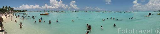 Playa de Matira llena de gente con motivo de la regata anual de Hawaiki Nui Vaa. Isla de BORA BORA. Polinesia Francesa. Oceano Pacifico.