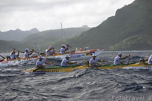 Piraguistas en competición. En alto el equipo de Hawai.1er dia. Regata de Hawaiki Nui Vaa. 44.5km hasta la isla de Raiatea. Polinesia Francesa. Oceano Pacifico.