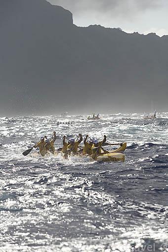 El equipo Shell Vaa en mar abierto. Detras la isla de HUAHINE. 1er dia. Regata de Hawaiki Nui Vaa. 44.5km hasta la isla de Raiatea. Polinesia Francesa. Oceano Pacifico.
