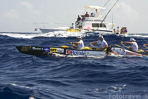 El equipo OPT tomando liquidos. 1er dia. Regata de Hawaiki Nui Vaa. 44.5km hasta la isla de Raiatea. Polinesia Francesa. Oceano Pacifico.