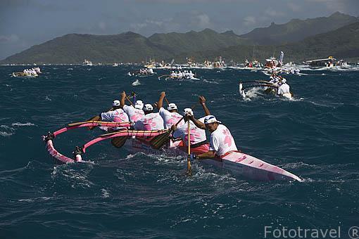 Equipo Pantera Rosa. Mas de 100 equipos (seniors y veteranos) compiten con sus piraguas polinesias. 2o dia. Regata de Hawaiki Nui Vaa. De isla de RAIATEA a Tahaa. Polinesia Francesa.
