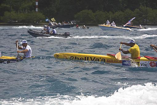 El equipo Shell Vaa alcanzando al de OPT en la regata de Hawaiki Nui Vaa frente a las costas de la isla de RAIATEA. 2o dia. Polinesia Francesa. Oceano Pacifico.