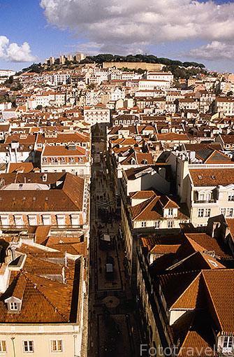 Vista panoramica de la ciudad de LISBOA. Al fondo el castillo de San Jorge y el barrio de Castelo. Portugal