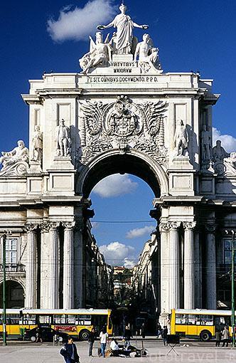 Arco de rua Augusta junto a la plaza del comercio. LISBOA. Portugal