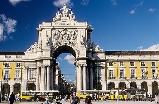 Arco de rua Augusta junto a la plaza del comercio y tranvias. LISBOA. Portugal