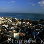 El barrio de la Alfama y el río Tajo. LISBOA. Portugal