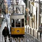 Pequeño tren eléctrico en la calle Bica de Duarte Belo. En el barrio Alto. (Bairro Alto). LISBOA. Portugal